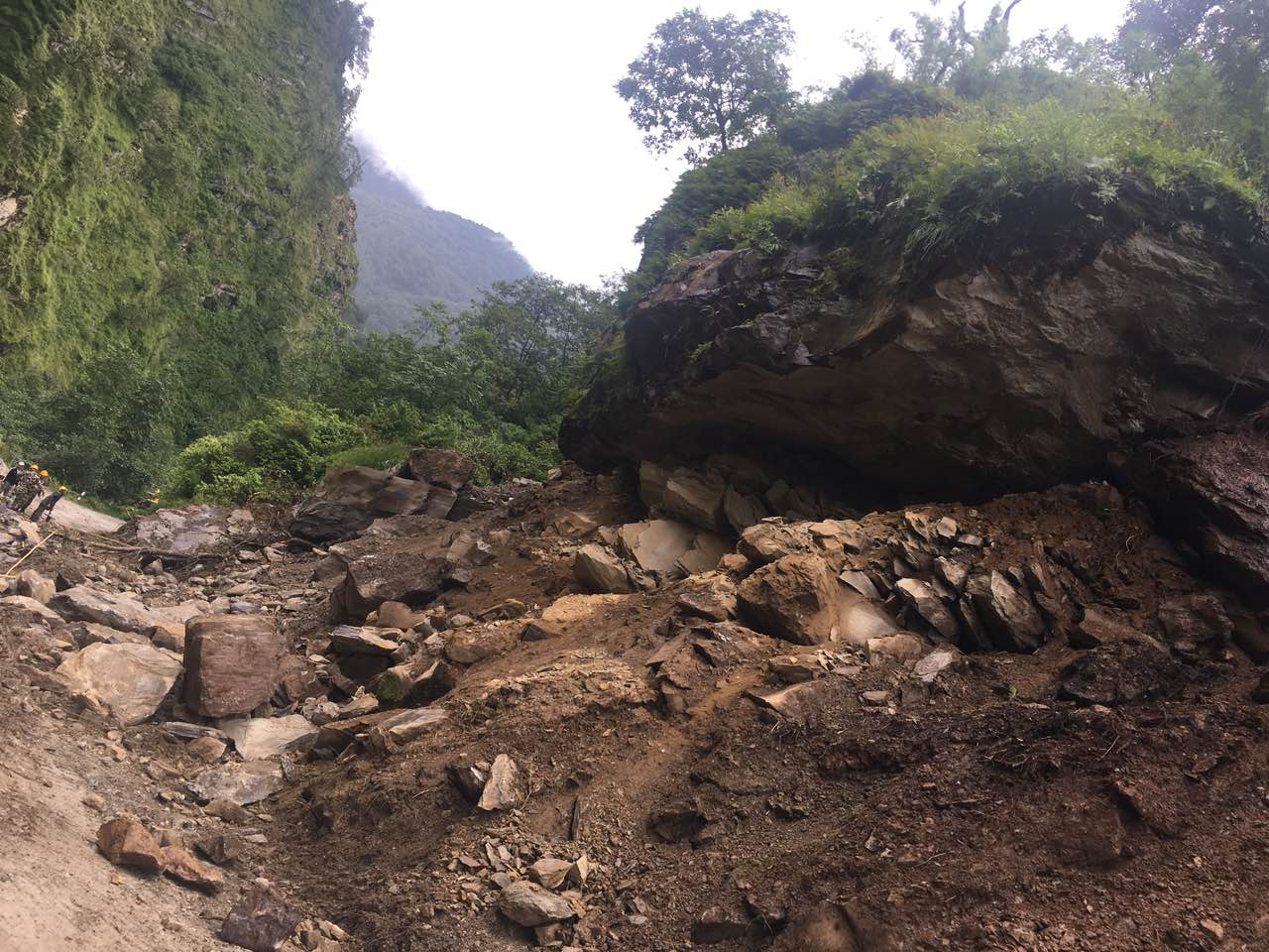 Nepali Army reconstructing damaged roads